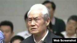 中國中央電視台6月11日的新聞聯播節目中有周永康在法庭上的鏡頭
