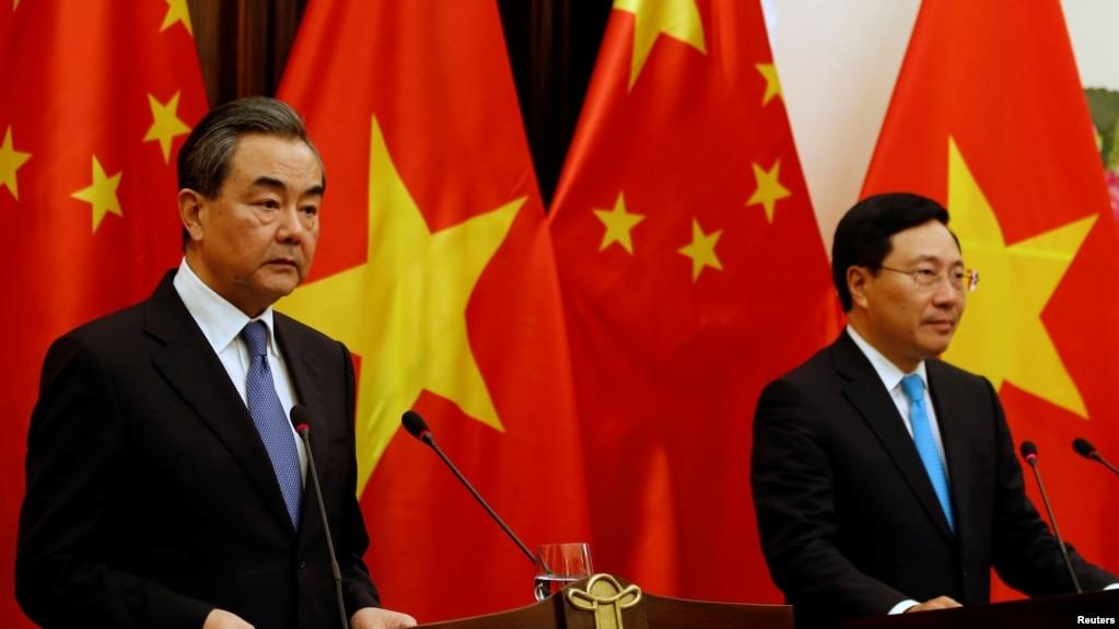 Phó Thủ tướng-Bộ trưởng Ngoại giao Việt Nam Phạm Bình Minh (phải) - trong một cuộc họp báo với người đồng cấp Trung Quốc Vương Nghị ở Hà Nội hồi tháng 4/2018 - đã gây thất vọng cho nhiều người khi không nhắc tới Trung Quốc ở Đại hội đồng LHQ hôm 28/9.