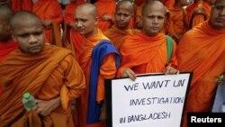 Các nhà sư Thái Lan cầm biểu ngữ trong cuộc tuần hành trước trụ sở LHQ tại Bangkok, ngày 3/10/2012