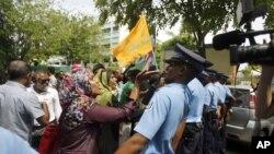 Para pendukung mantan Presiden Maladewa Mohammed Nasheed melakukan unjuk rasa, mengatakan bahwa Nasheed telah digulingkan dari kekuasaan (foto: dok).