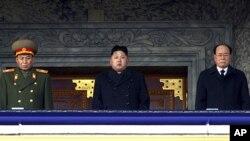 2011年12月29号,北韩新领导人金正恩(中)和其他高级官员在平壤广场上出席全国纪念金正日仪式。