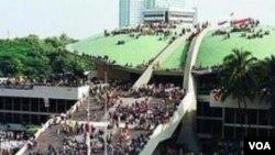 Pendudukan gedung DPR/MPR RI oleh para mahasiswa, Mei 1998 (foto: dok).