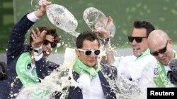 De la bière versée sur Marcel Schaefer de VFL Wolfsburg lors des célébrations de la victoire de son équipe à la Coupe d'Allemagne de football (DFB Pokal) à Wolfsburg, Allemagne 31 mai 2015