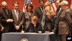 众议院议长佩洛西签署法案