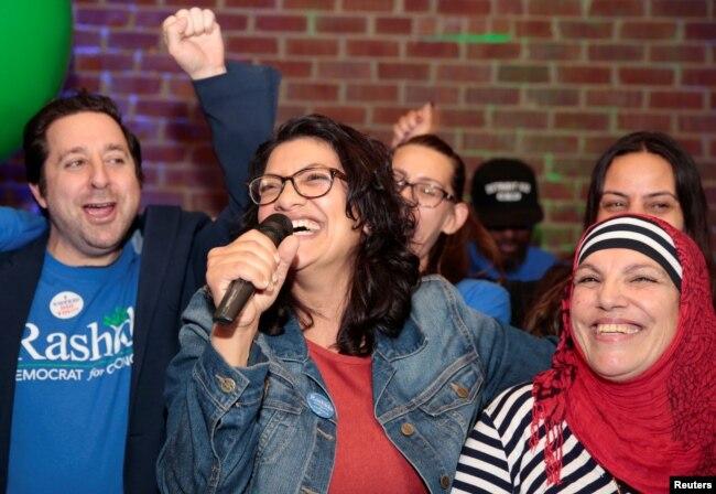 La candidata demócrata al Congreso de EE.UU. Rashida Tlaib celebra junto a su madre tras ser elegida el martes, 6 de noviembre de 2018, en Detroit, Michigan.
