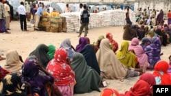 Dân Somalia thất tán xếp hàng để nhận lãnh lương thực tại một trại tị nạn ở thủ đô Mogadishu, ngày 26/7/2011