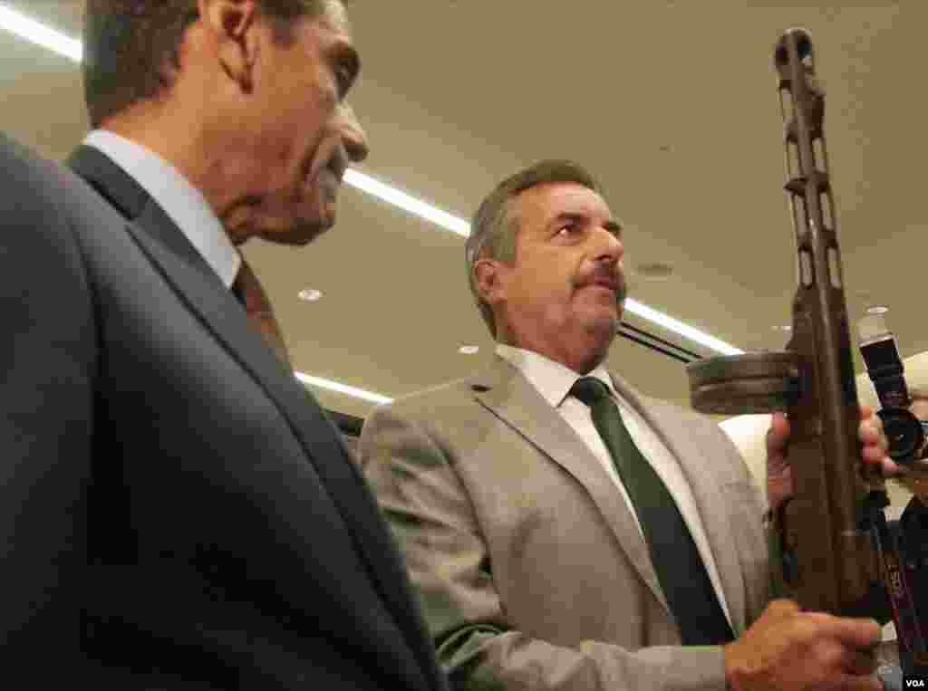 洛杉矶警长展示可容百发子弹枪支