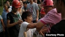 四川華鎣農民阻強拆吶喊