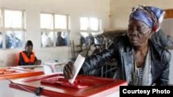 Seorang perempuan Zambia memasukkan surat suaranya ke dalam kotak suara di salah satu TPS (20/1). Warga Zambia menggelar Pemilu Presiden untuk memilih pemimpin pengganti mendiang Presiden Michael Sata yang meninggal dunia Oktober 2014 yang lalu.