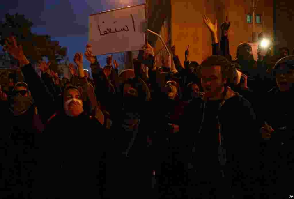 Manifestantes iraníes piden la renuncia del líder Alí Khomenei tras saber que el avión con 176 pasajeros, de procedencia ucraniana, fue derribado por el ejército de Irán.