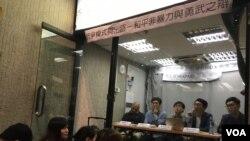 香港樹仁大學與演藝學院學生會合辦「抗爭路線與出路、和平非暴力與勇武之辯」論壇。(美國之音湯惠芸)