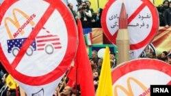 در تظاهرات دولتی در تهران، تابلوهای نه به مکدونالد دیده شد