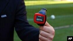 El sistema Hawk Eye avisa al reloj del árbitro que el balón cruzó la línea de gol.