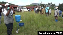 Sensibilisation des combattants des Maheshe à la prevention du Covid-19, en RDC, le 20 mai 220. (VOA/Ernest Muhero)