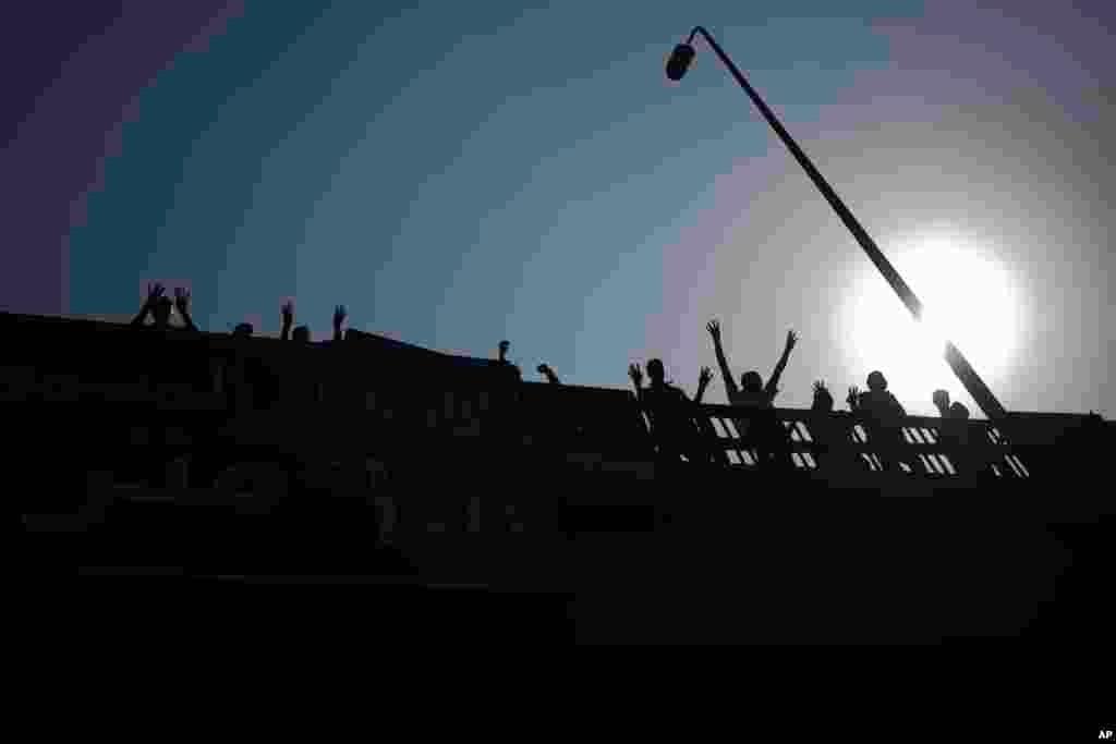 埃及被推翻的总统穆尔西的支持者10月4日在开罗举行的一场抗议中高呼反对埃及国防部长的口号。