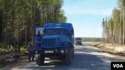 西伯利亞一處油井旁的車輛(美國之音白樺拍攝)