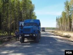 西伯利亚一处油井旁的车辆(美国之音白桦拍摄)