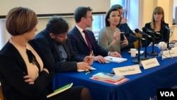 Novinari i predstavnici nevladinog sektora na konferenciji u Institutu Hariman na Univerzitetu Kolumbija u Njujorku (foto: VOA)