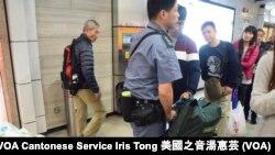 港鐵職員只是間中抽查1樓大堂旅客攜帶的大型行李重量,並沒指示攜帶大型行李旅客必須經過地下入閘口的行李過磅 (攝影: 美國之音湯惠芸)