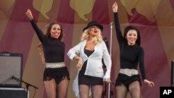 Cristina Aguilera durante su participación en el festival de jazz en Nueva Orleans este año lucía su embarazo con orgullo a su público.