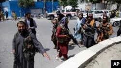 طالبان کابل کے مختلف علاقوں میں گشت کر رہے ہیں اور بعض مقامات پر پوچھ گچھ کرتے بھی دیکھے گئے ہیں۔ 19 اگست 2021