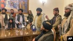 Taliban döyüşçüləri Prezident sarayında