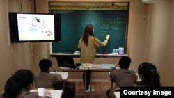미국 한인 2세 수지 오 씨가 영호남 지역 첫 탈북자 대안학교인 장대현 학교의 첫 영어교사로 부임해 가르치고 있다.