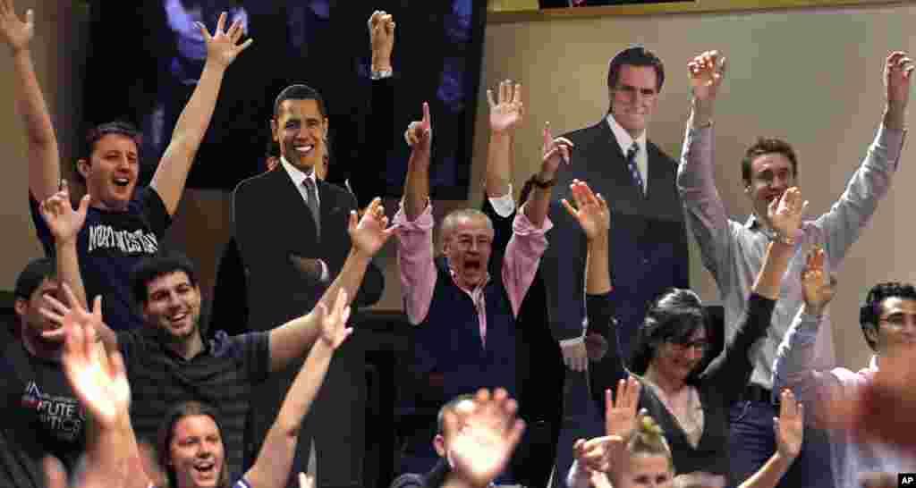 22일 미국 하버드 대학교에서 미 대선 후보 토론회 중계를 함께 지켜본 학생과 교직원들. 학생들 사이로 바락 오바마 대통령(왼쪽)과 미트 롬니 공화당 후보의 종이 인형이 보인다.