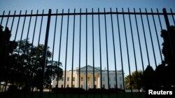 La cerca que rodea la Casa Blanca fue saltada por un intruso que invadió los terrenos de la residencia presidencial.