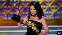 """Julia Louis-Dreyfus acepta el premio por destacada actriz principales en series de comedia por """"Veep"""" en la 69 entrega de los premios Emmy, el 17 de septiembre, de 2017, en Los Ángeles."""