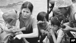 29 tháng Tư, 1975, người mẹ và 3 đứa con trên chiếc tàu rời Sài Gòn. (Hình: AP Photo/File)