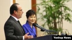 프랑수아 올랑드 프랑스 대통령(왼쪽)과 박근혜 한국 대통령이 4일 청와대에서 한프랑스 정상회담을 가진 후 공동기자회견을 하고 있다.