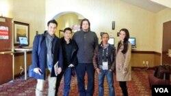 Dari kiri ke kanan: Arifin Putra, Iko Uwais, Gareth Evans, Yayan Ruhian dan Julie Estelle dari film 'The Raid 2: Berandal' di Festival Film Sundance 2014. (VOA/Vena Annisa)
