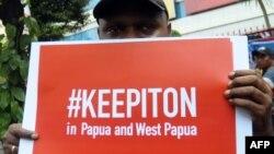 Seorang aktivis dalam unjuk rasa meminta pemerintah mencabut pemblokiran akses internet di Papua dan Papua Barat, di Jakarta, 23 Agustus 2019. (Foto: AFP)