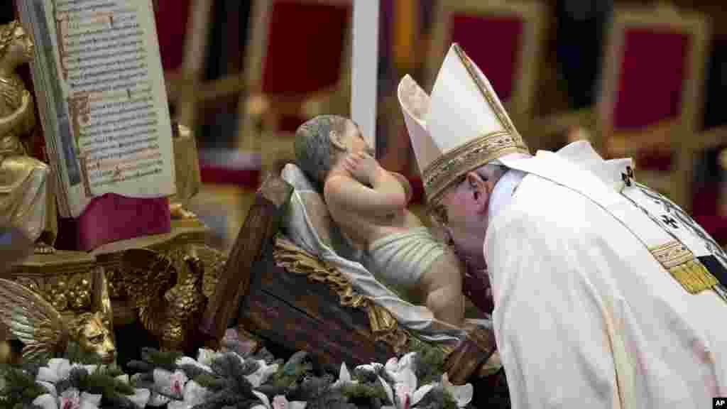 El papa Francisco besa la imagen del Niño Jesús en el Vaticano.