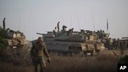 آرایش نظامی تانکهای ارتش اسرائیل در نواحی نزدیک به مرز نوار غزه و سربازانی که در حال آماده سازی آنها هستند – ۱۸ تیر ۱۳۹۳