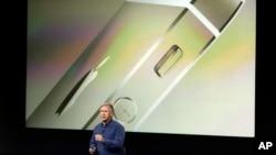 Phil Schiller, pimpinan pemasaran internasional Apple, memperkenalkan berbagai fitur model baru iPhone 5S yang hadir dalam berbagai warna baru, termasuk emas.