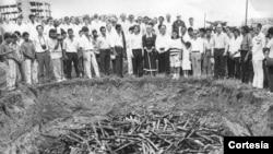 La primer tarea de Violeta de Chamorro fue enterrar miles de fusiles que entregaron los movimiento armados en el centro de la capital el 14 de septiembre de 1990. Foto de archivo de La Prensa