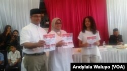Calon Gubernur nomor urut 3 dalam Pilkada DKI Jakarta Putaran Kedua Anies Baswedan memberikan suaranya di Tempat Pemungutan Suara 28 Cilandak Barat Jakarta Selatan Rabu 19 April 2017. (foto: Andylala Waluyo/VOA)