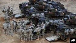 Soldados estadounidenses se preparan para un ejercicio militar en Yeoncheon, Corea del Sur, cerca de la frontera con el Norte.