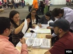 Counting ballots, Bogota, Colombia, Sunday, Oct. 2, 2016. (C. Mendoza/VOA)