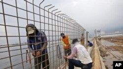 جکارتہ کے ساحل کے ساتھ دیوار کی تعمیر جا رہی ہے۔ (فائل فوٹو)