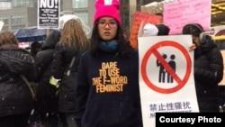 女权五姊妹之一大兔(郑楚然)身著自营的淘宝店女权主义带帽卫衣,倡导反性骚扰。 (郑楚然提供)