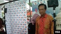 Gubernur Jawa Tengah Sri Sultan Hamengkubuwono X bersiap menjadi presenter VOA Siaran Bahasa Indonesia dalam Festival Media 2013 di Yogyakarta. (VOA/Nurhadi Sucahyo)