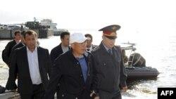"""President Tatarstana Rustam Minihanov na obalama Volge tokom operacije traganja za nestalima nakon potapanja turistič broda 'Bugarska' """"Bulgaria"""""""