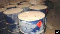 Ảnh do quân đội Mỹ phổ biến cho thấy hàng trăm gallon các hóa chất khác nhau được tìm thấy tại một cơ sở của phiến quân ở miền bắc Iraq.