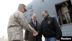 12일 아프가니스탄 카불 국제공항에 도착한 리언 파네타 미 국방장관(오른쪽).과 마중나온 존 앨런 연합군 사령관(왼쪽), 제임스 커닝햄 아프간 대사.