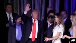 Donald Trump ak Madanm li, Melania Trump, nan sware eleksyon 8 novanm 2016 la.