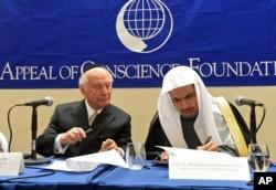 Rabi Arthur Schneier (kiri) bersama Mohammad Abdulkarim Al-Issa, Sekjen Liga Muslim Dunia menyerukan kerukunan beragama dalam pertemuan di New York (29/4).