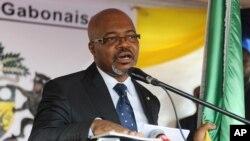 Le chef de l'opposition Gabon André Mba Obame, prononce un discours au siège de son parti à Libreville, au Gabon, en 2009.